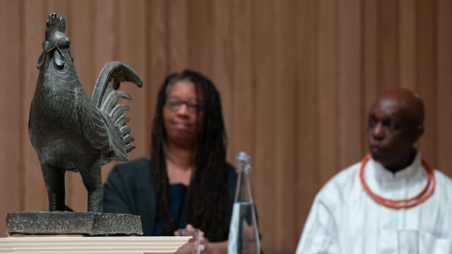 Cambridge devolve à Nigéria galo de bronze roubado no século XIX