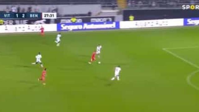 Radonjic estreou-se a marcar pelo Benfica com este golaço
