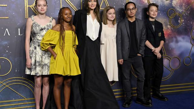Não há duas sem três. Angelina Jolie reaparece com os filhos em evento