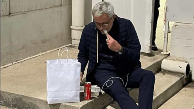 """Mourinho jantou nas escadas do estádio: """"Não posso ir ao balneário"""""""