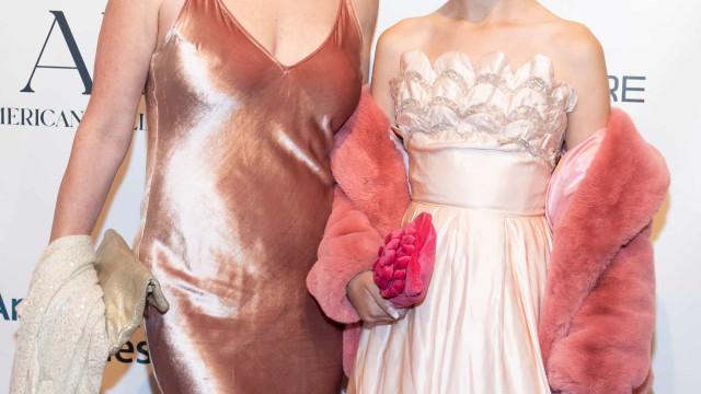 Molly Ringwald e filha desfrutam de noite juntas e posam na red carpet