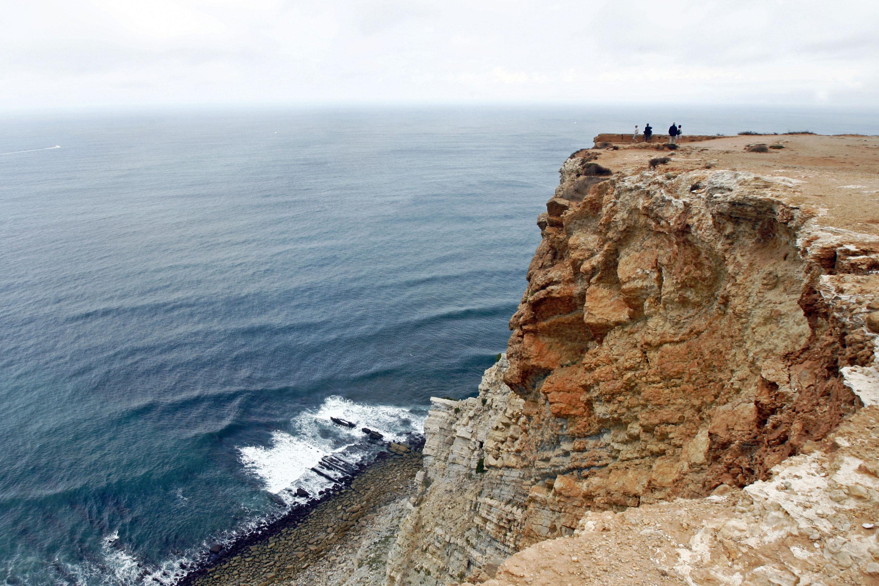 Carro cai na zona do Cabo Espichel. Helicóptero acionado para resgate