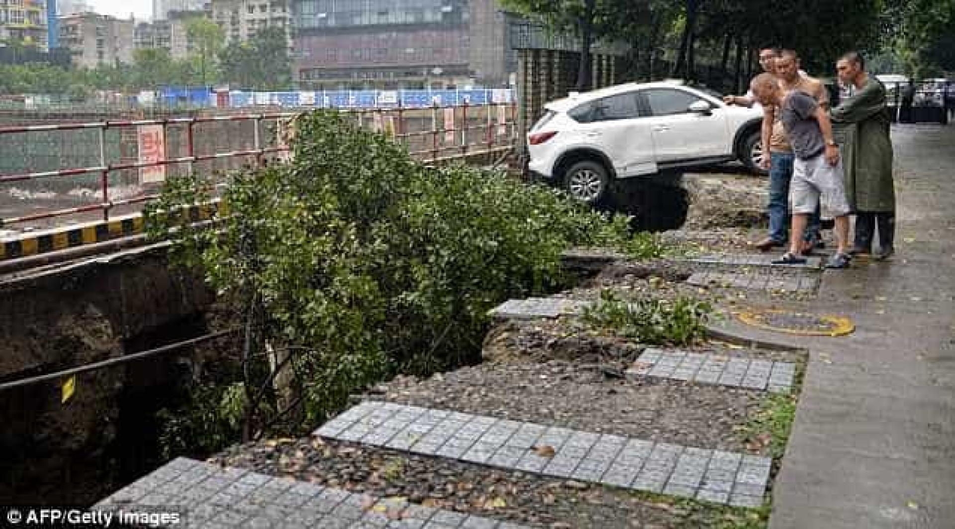 Parque de estacionamento colapsa e 'engole' quatro carros