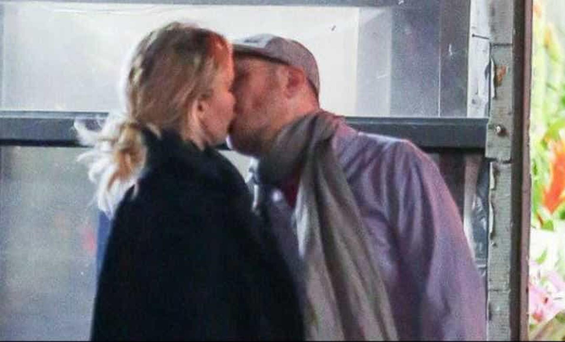 Jennifer Lawrence e Darren Aronofsky 'apanhados' aos beijos