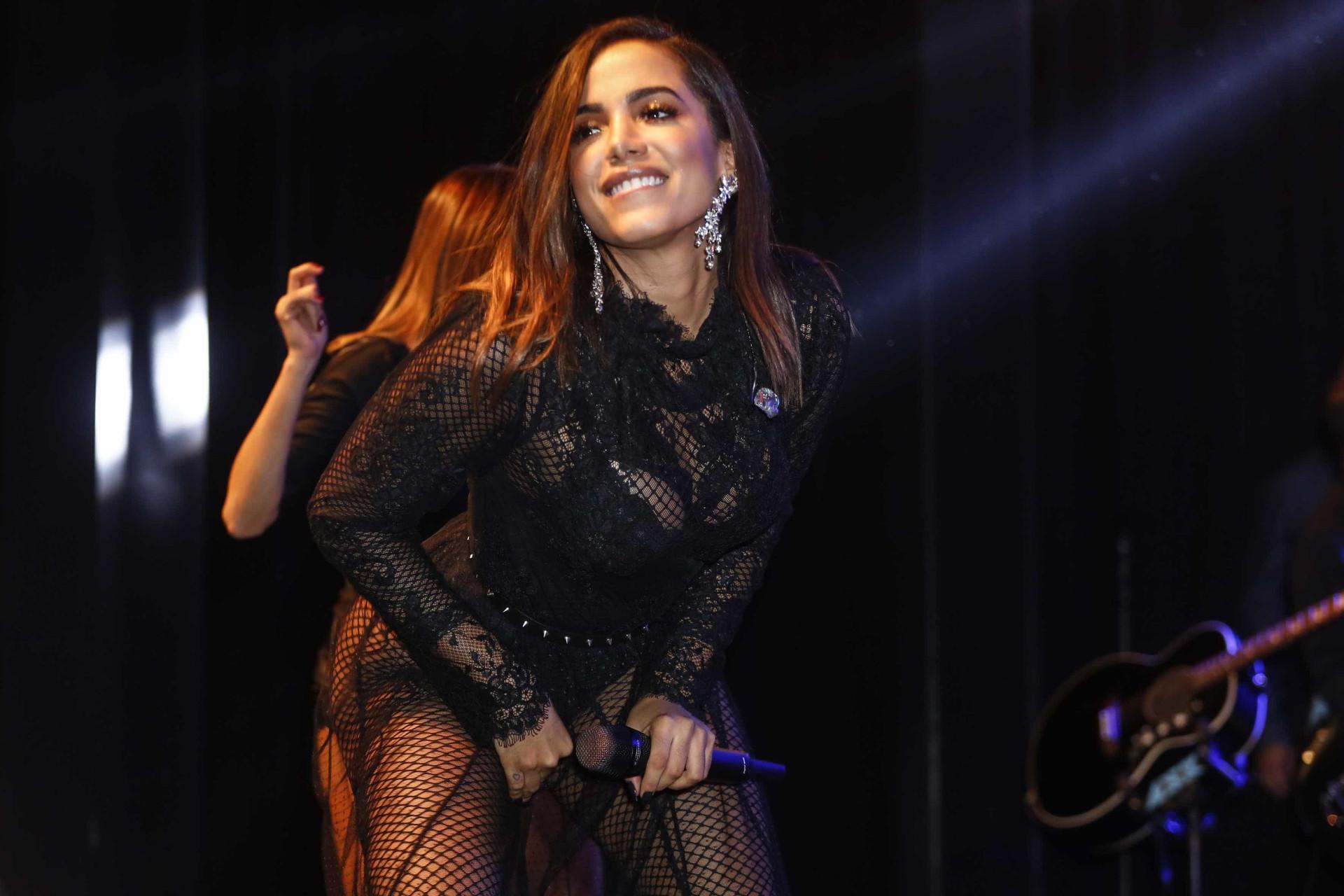 Vídeo: 'Vítima' da coreografia, Anitta cai durante concerto