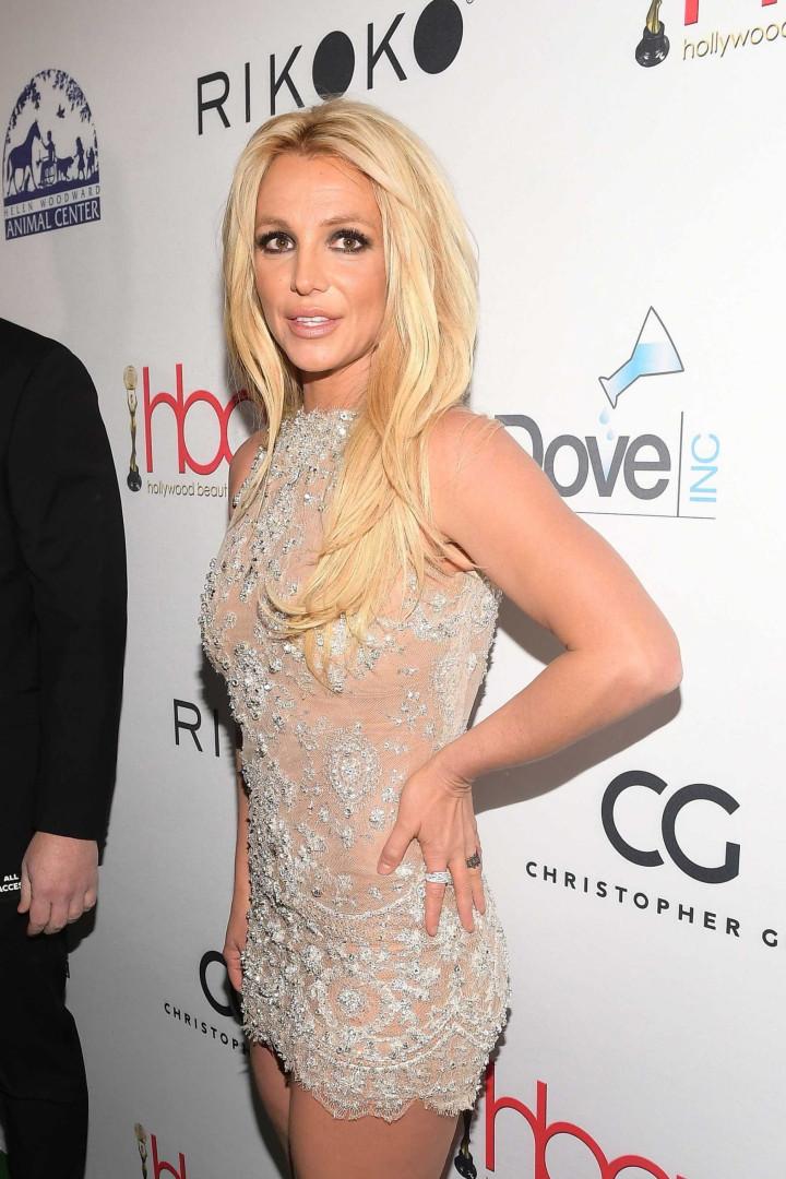 Dias após ter alta de clínica, Britney Spears surge em biquíni e faz yoga