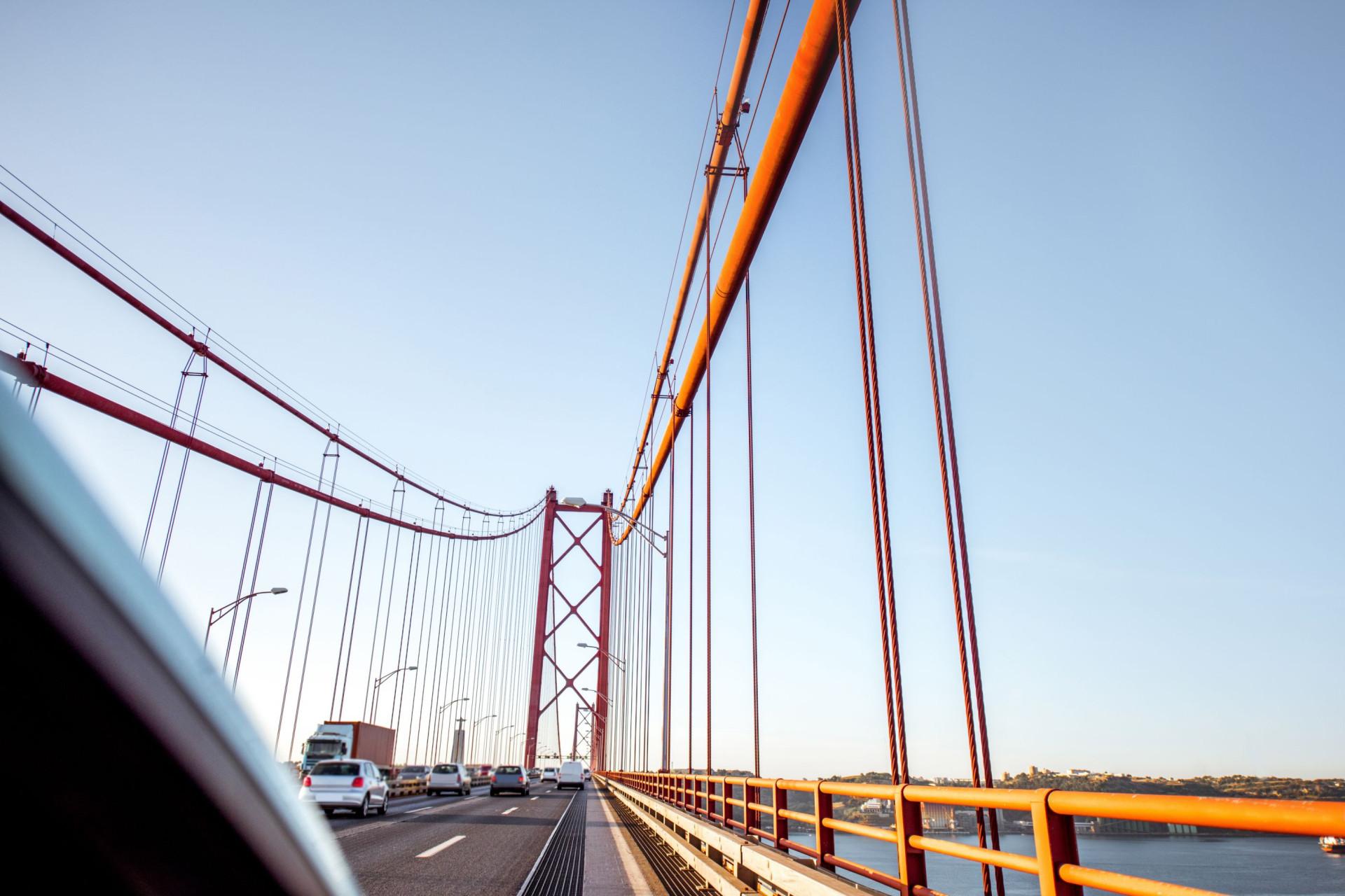 Viatura incendeia-se na Ponte 25 de Abril e obriga ao corte de trânsito