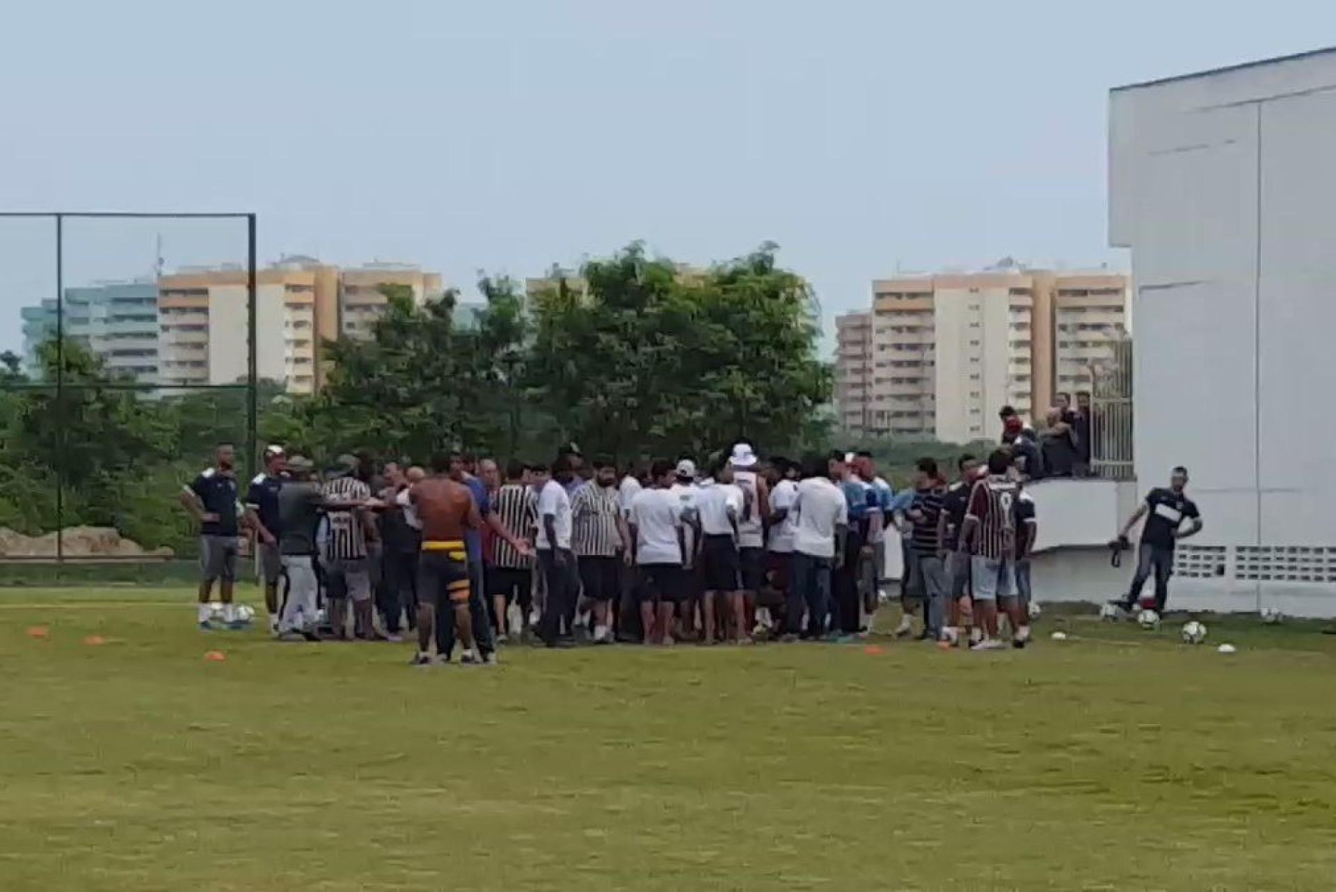 Fluminense: Adeptos invadem treino e pedem explicações aos jogadores