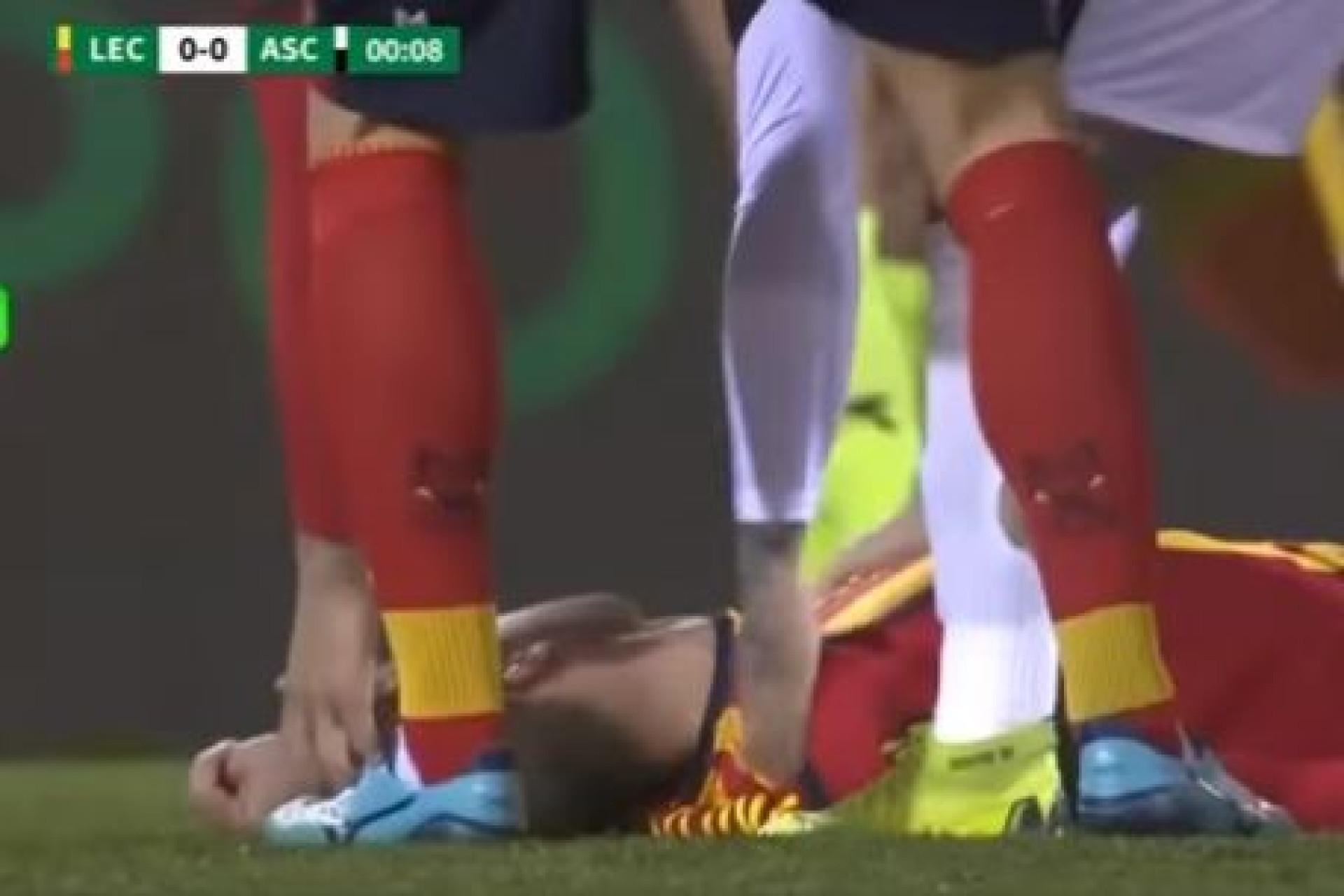 Pânico em Itália: Jogador cai inanimado em campo e o jogo é adiado