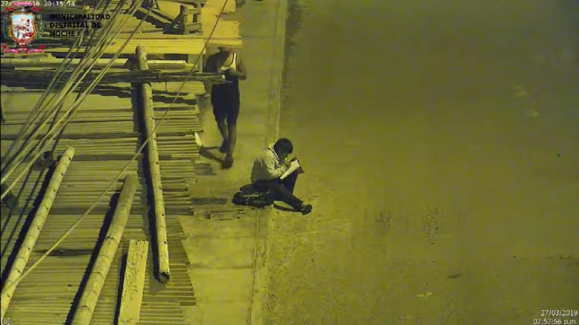 Sem luz em casa, menino estuda na rua. Vídeo enterneceu autarca do Peru