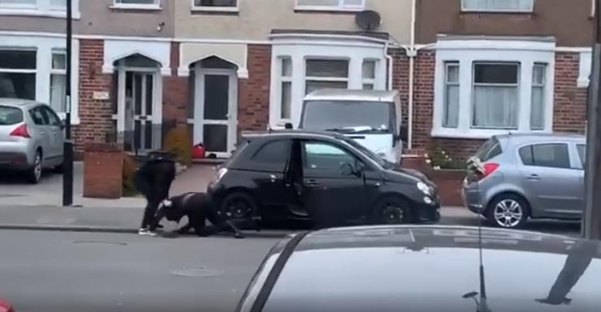 Jovem dá luta quando ladrões lhe tentam roubar o carro no Reino Unido