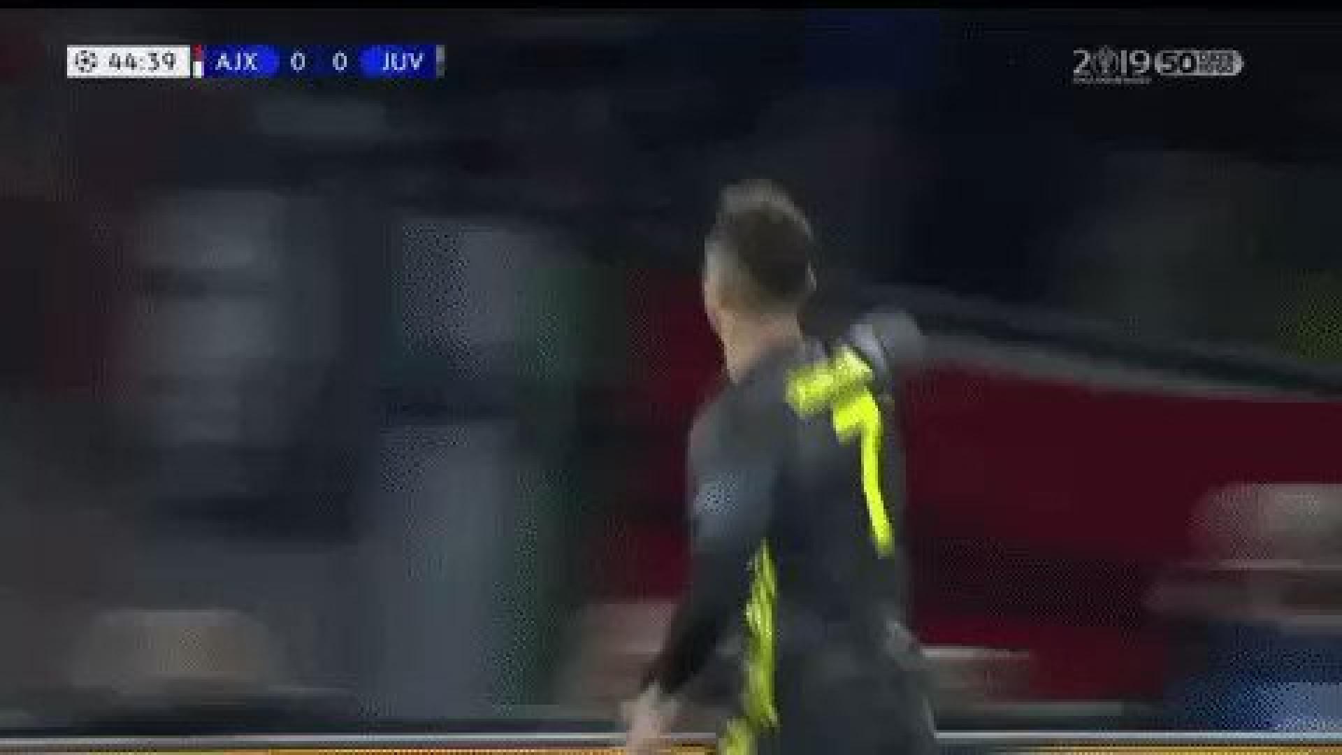 Adeptos do Ajax atiram copos a Ronaldo durante festejos de golo