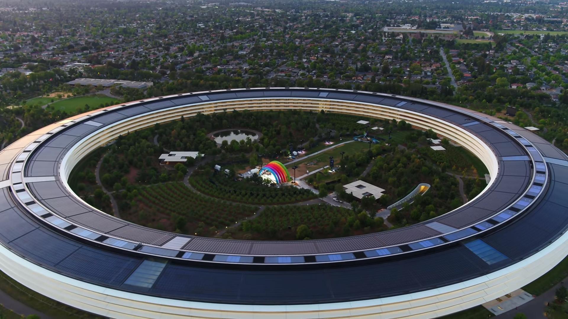 Drone revela misterioso palco no centro da sede da Apple