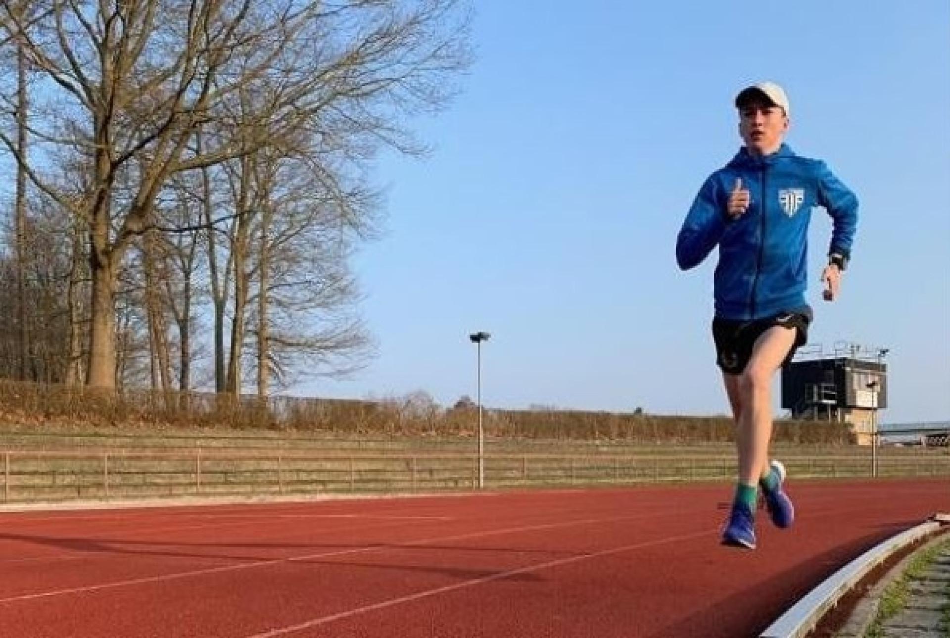 Adolescente de 14 anos faz história ao correr 10 km em meia hora