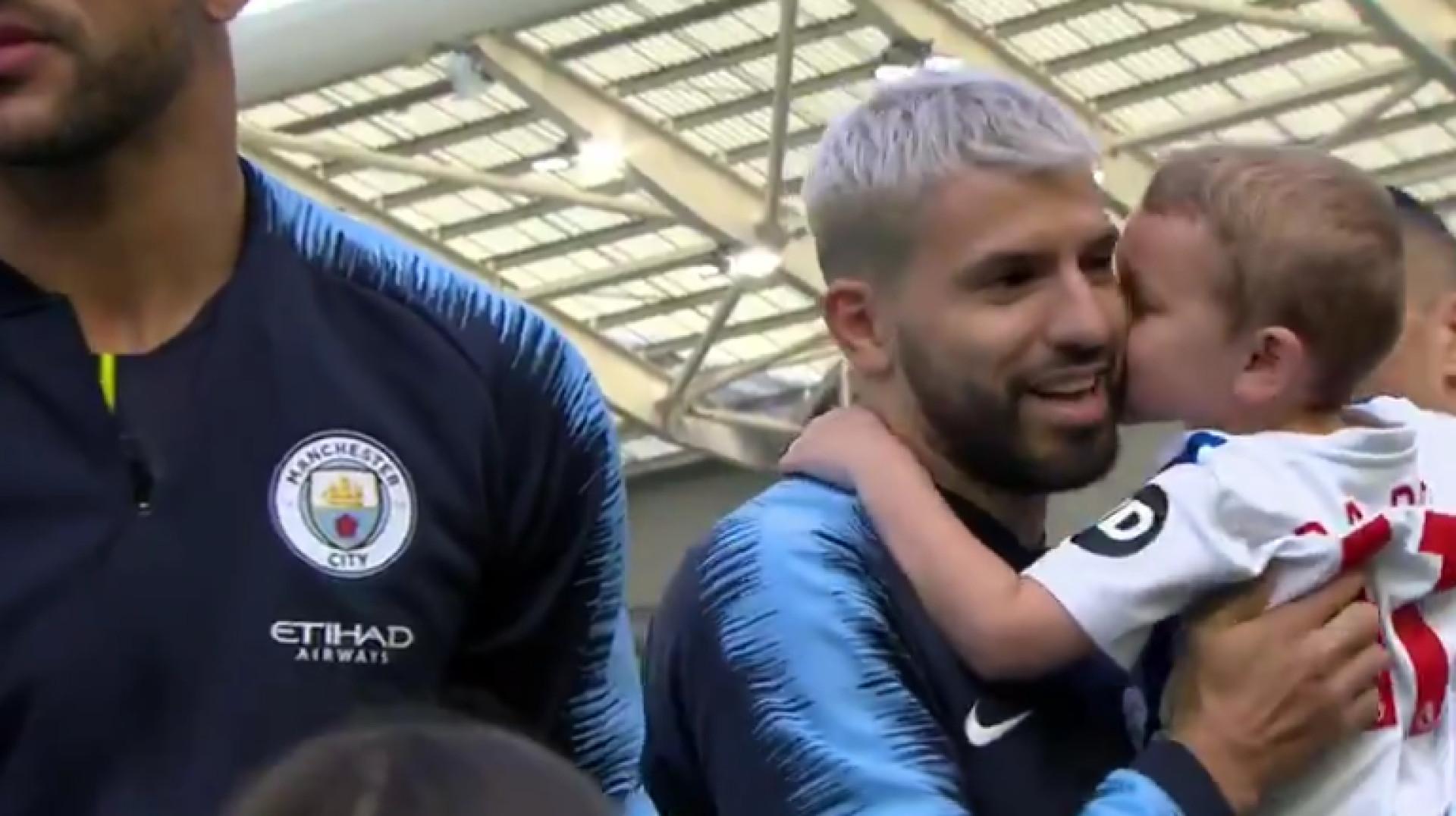 Gesto de filho de jogador do Brighton deixou Aguero de sorriso aberto