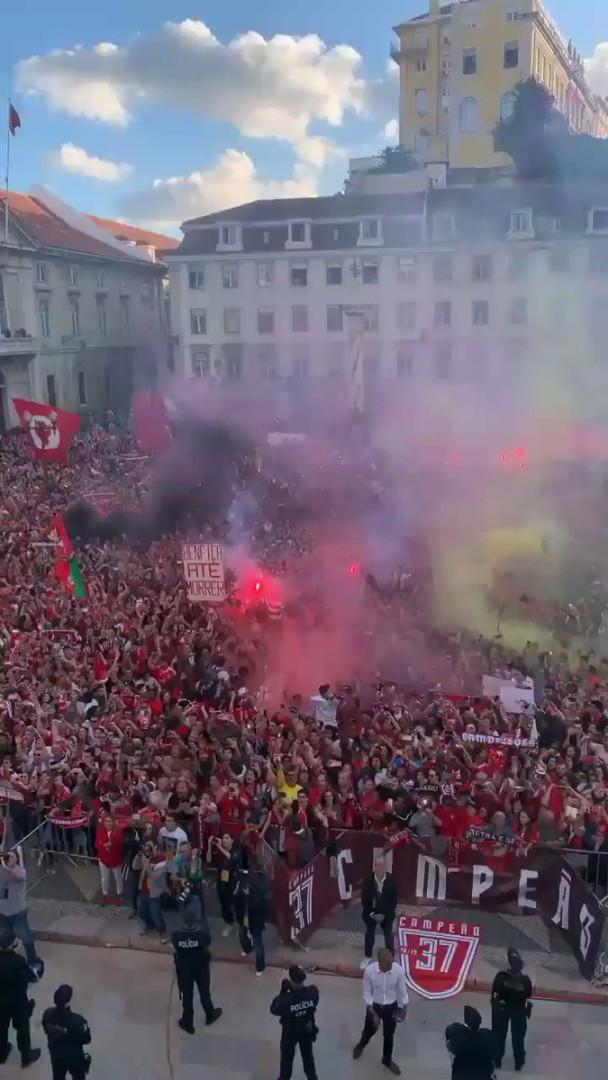 Vídeo mostra a loucura da receção do Benfica campeão na Câmara