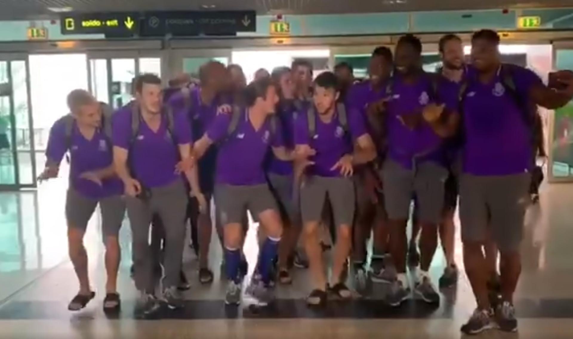 A entrada curiosa dos campeões de andebol do FC Porto no aeroporto