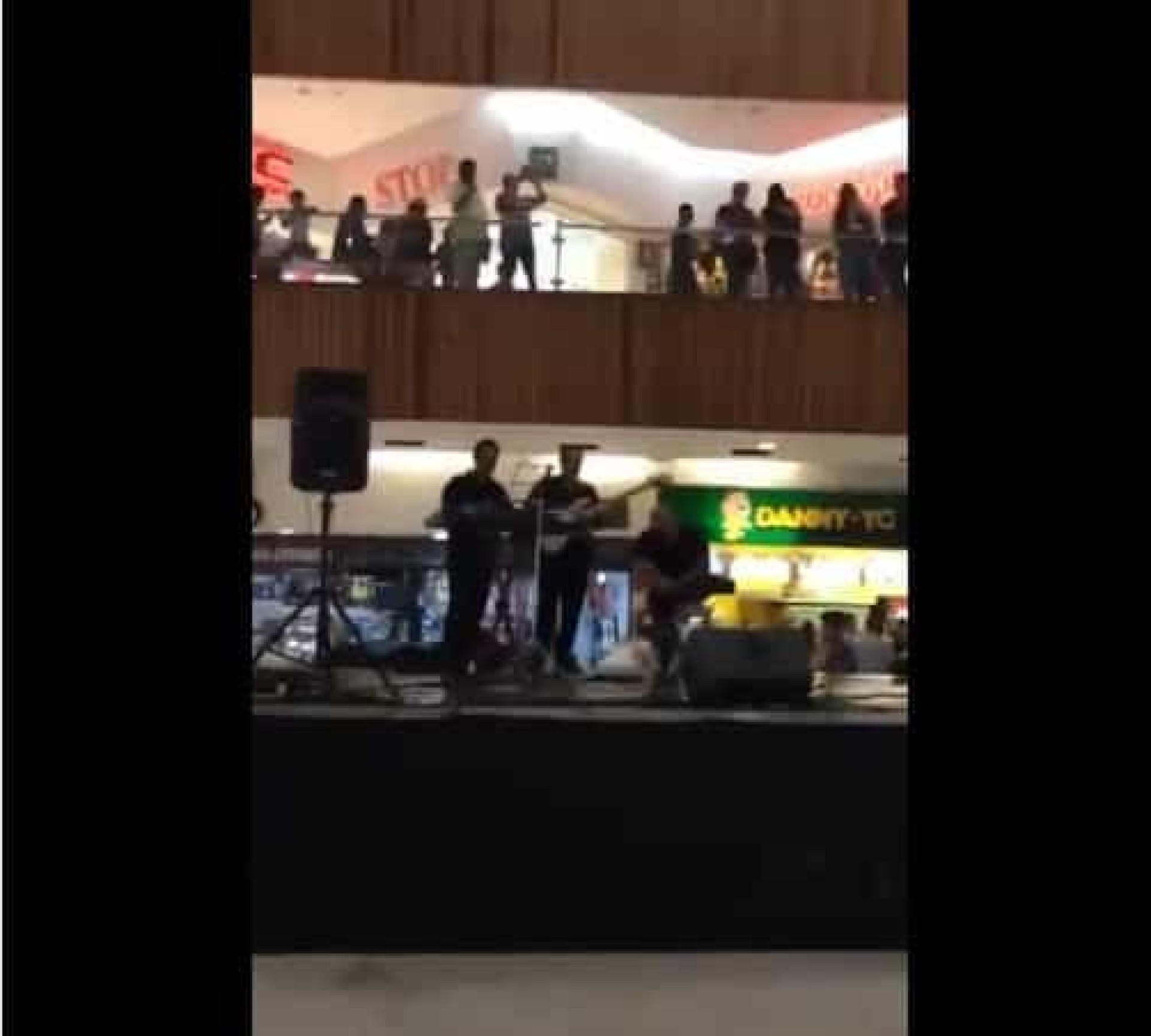 Banda toca tema de 'Titanic' enquanto centro comercial sofre inundação