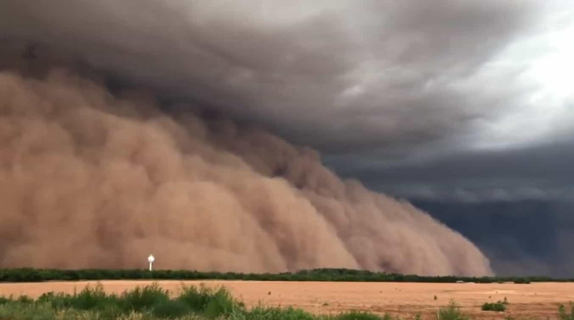 A (assustadora) chegada de uma tempestade de areia a cidade do Texas
