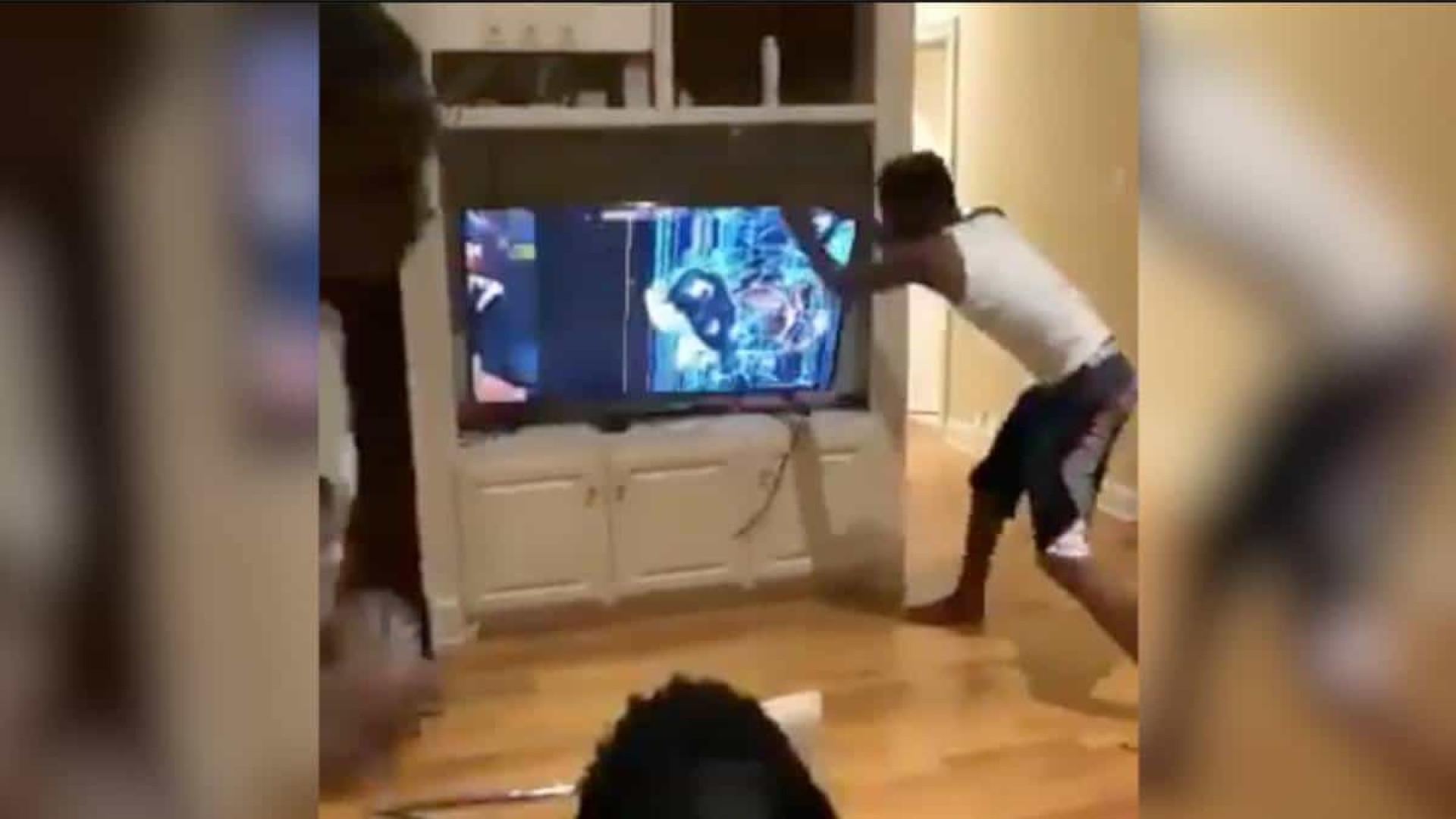 Imagens virais: Adepto dos Warriors enlouquece e parte duas televisões