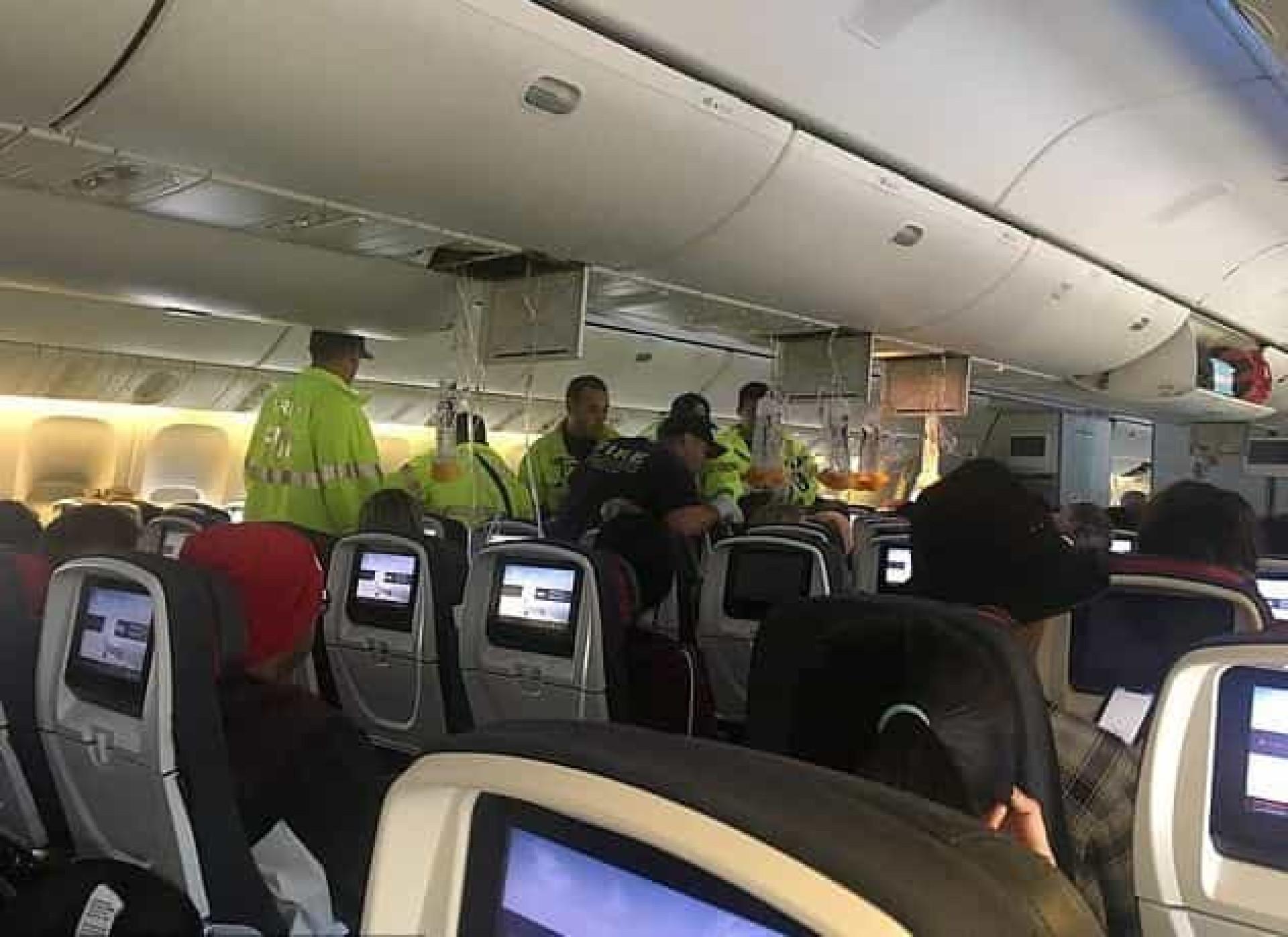 As imagens do pânico no voo da Air Canada que aterrou no Havai