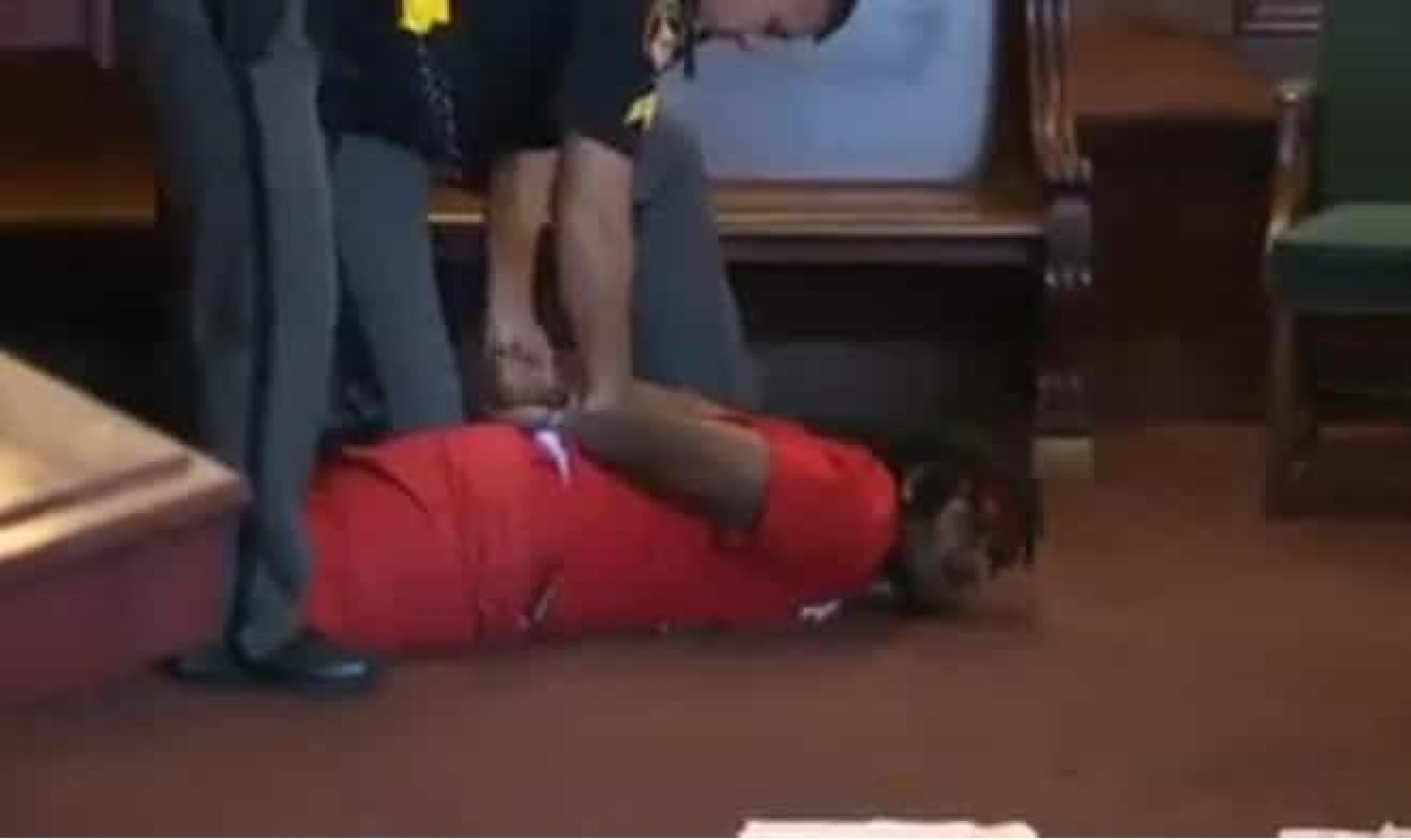 Filhos de mulher assassinada atacam o seu homicida em tribunal