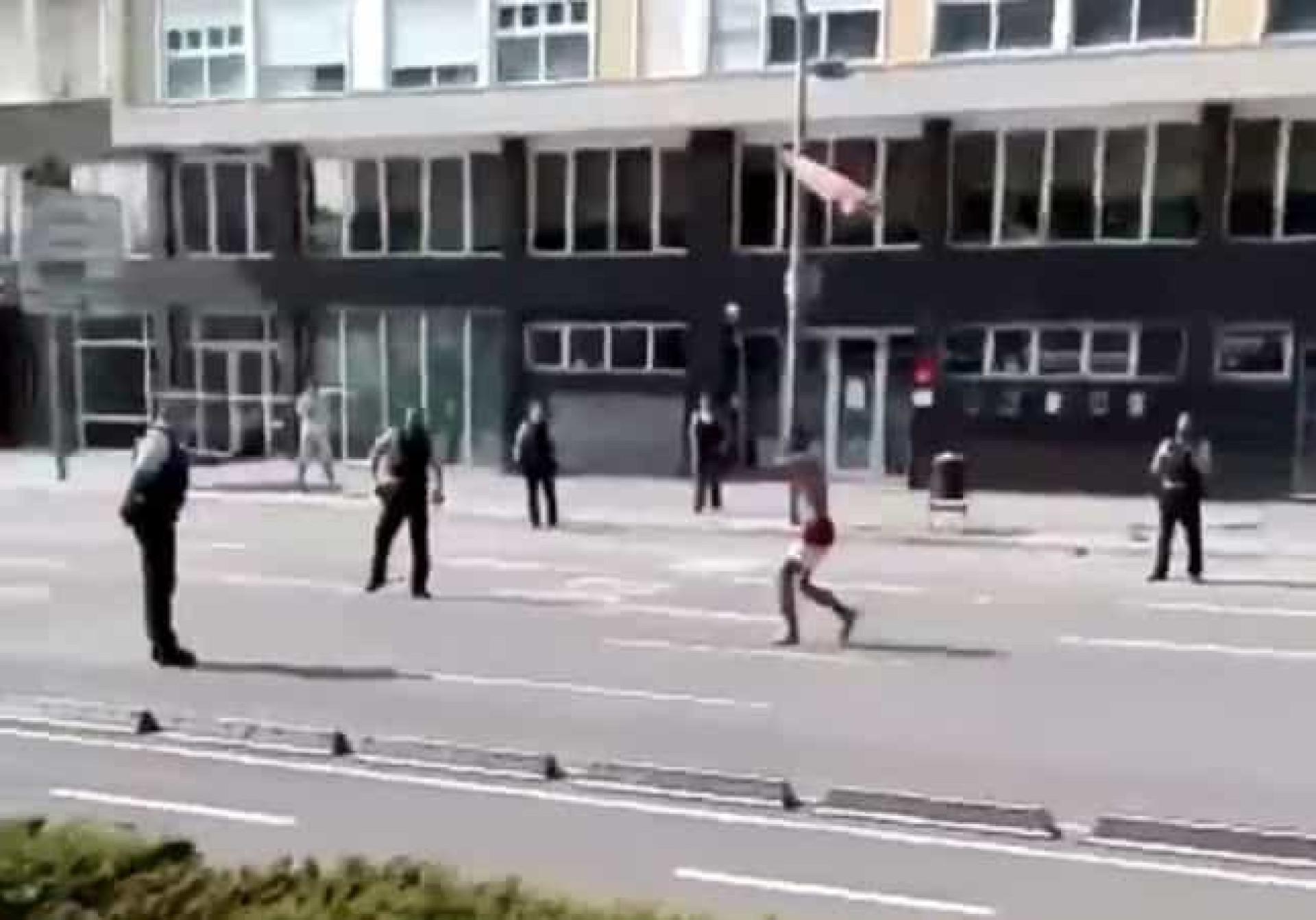Agente fica ferido a tentar deter homem com objeto cortante em Barcelona