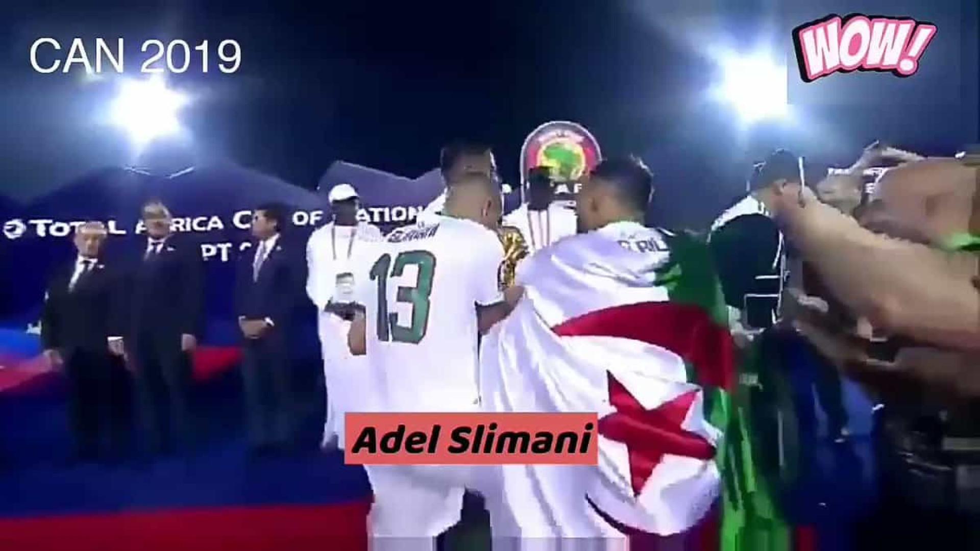 Slimani vibrou tanto com conquista da CAN que não queria largar a Taça