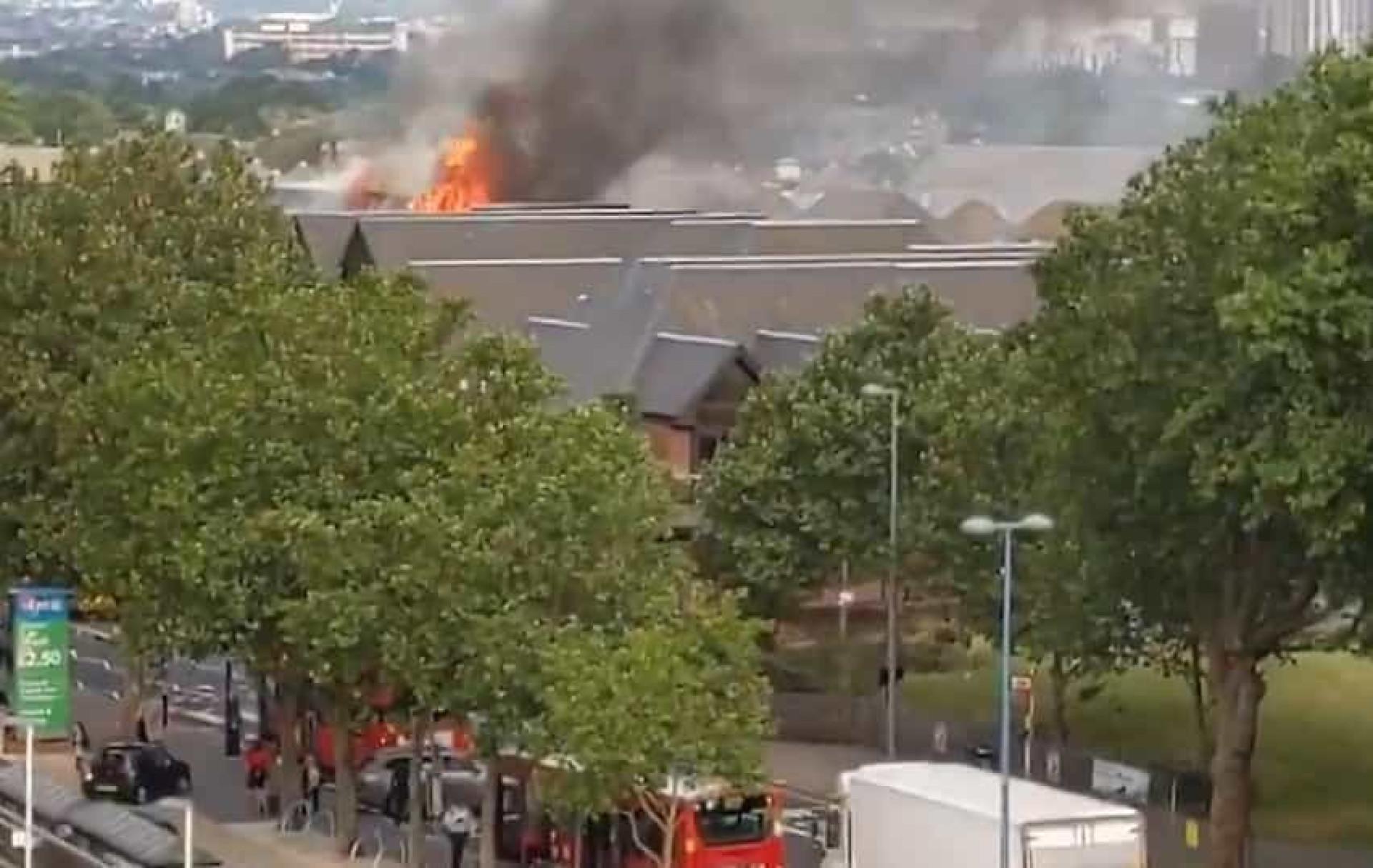 Centro comercial no este de Londres está a arder