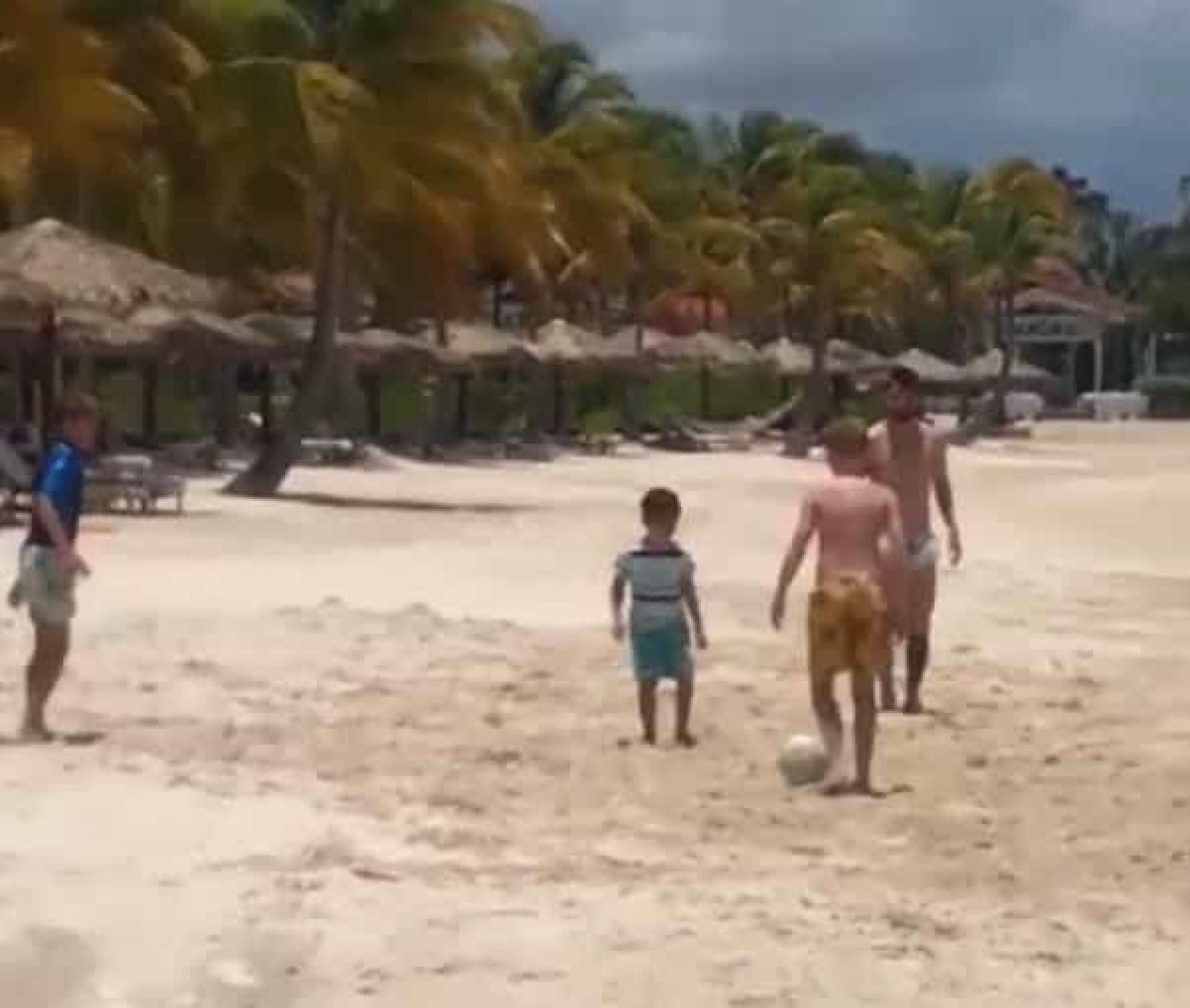 Jogar na praia com Messi? Este menino de 11 anos nem quis acreditar