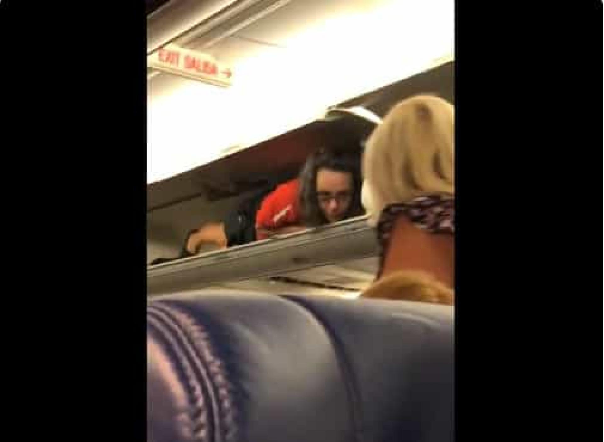 Assistente de bordo escondida em cabine de bagagens? Sim, aconteceu
