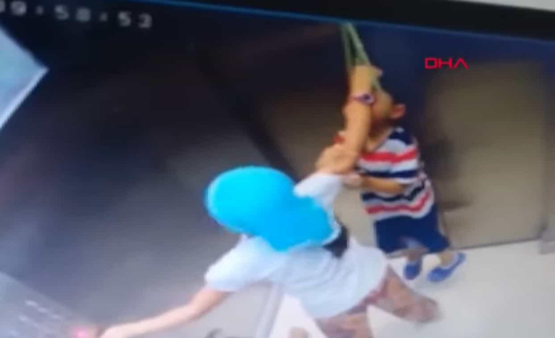 Rápida ação de menina salva irmão mais novo de se enforcar no elevador