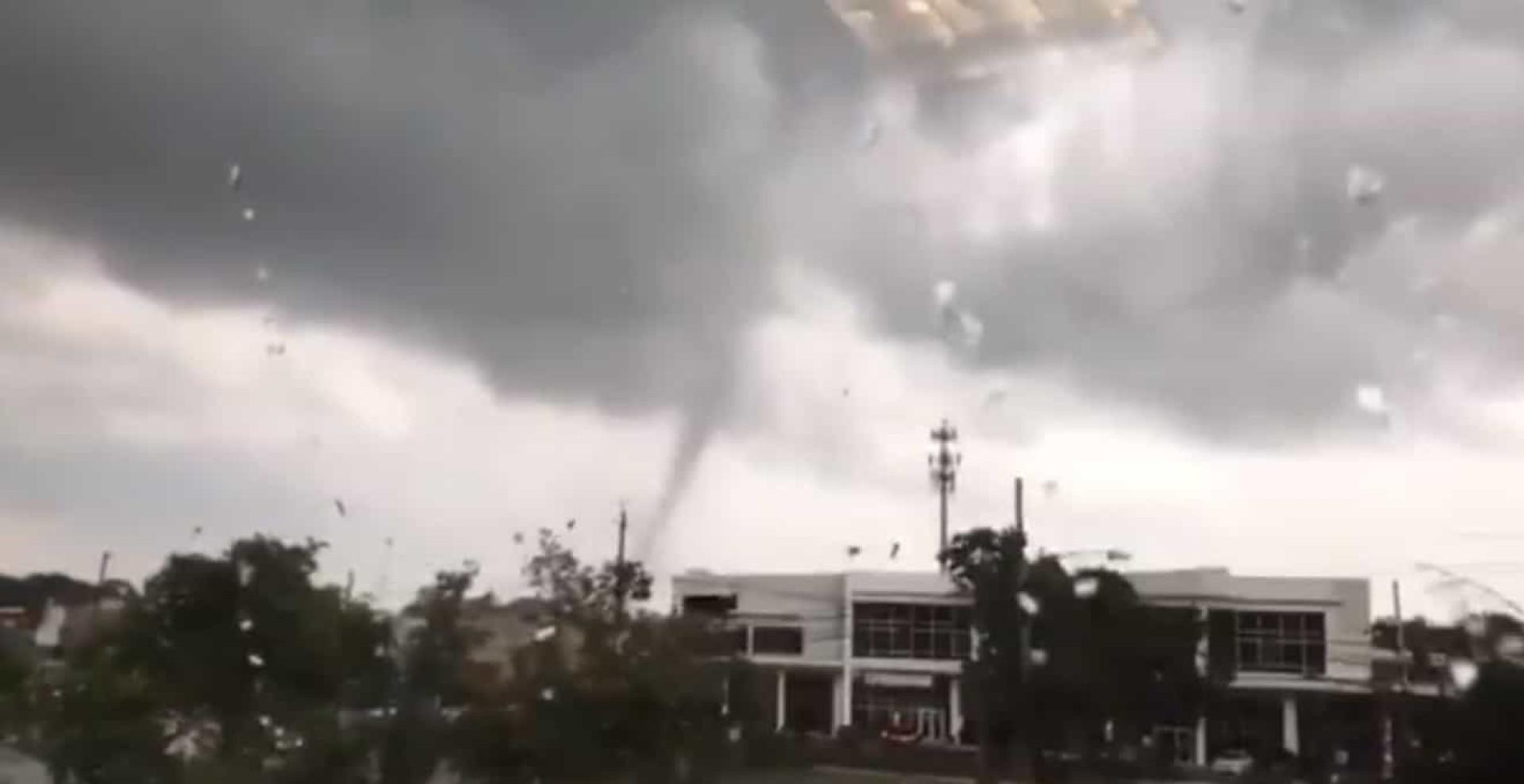 Tornado causa estragos em casas e corta eletricidade em Nova Jérsia