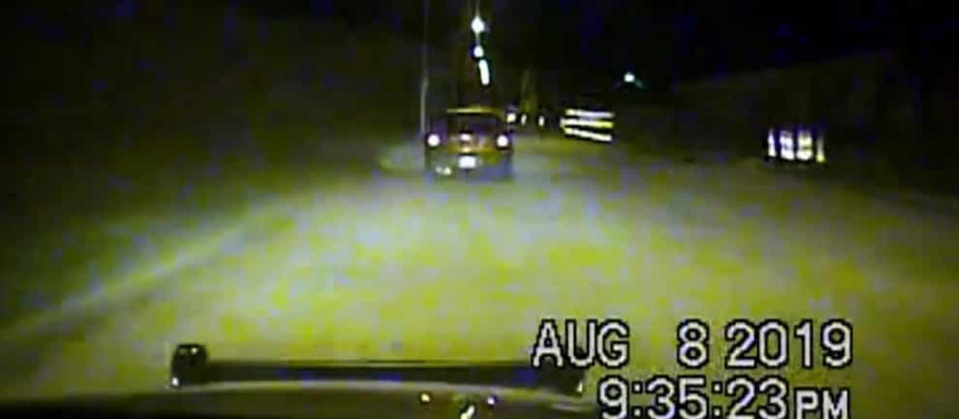 Suspeitos disparam contra a polícia em perseguição nos EUA