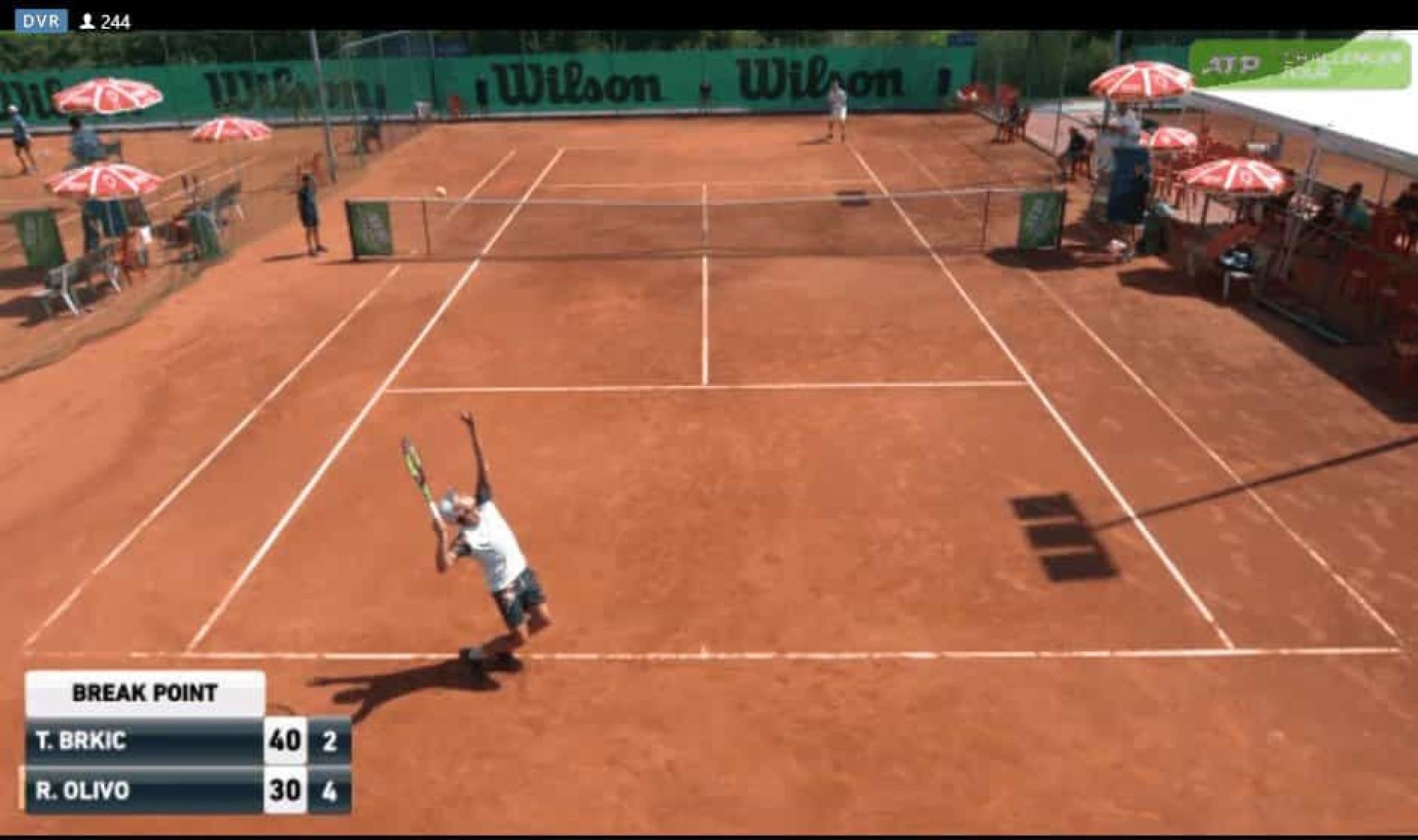 Tenista perde a cabeça, atira raquete e quase acerta no apanha-bolas