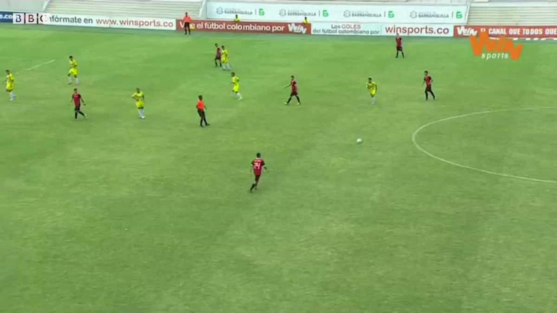 Jogador passa por meia equipa e marca golo a fazer lembrar Maradona