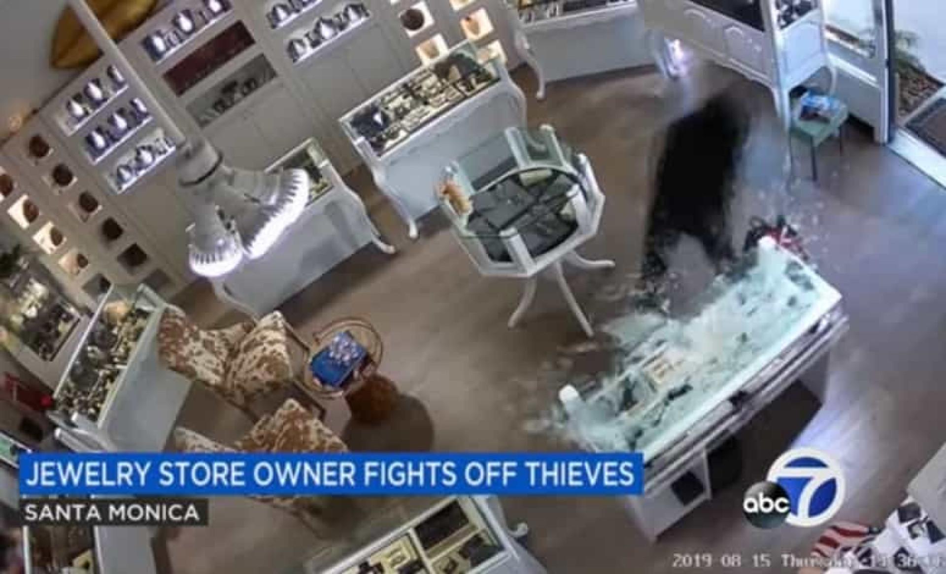 Dono de joalharia faz frente a assaltantes armados com marretas