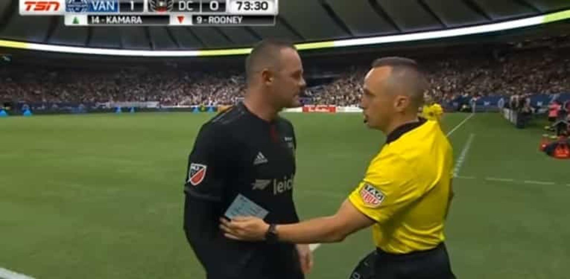 """Rooney de cabeça perdida com árbitro: """"A mesma m**** todos os jogos"""""""