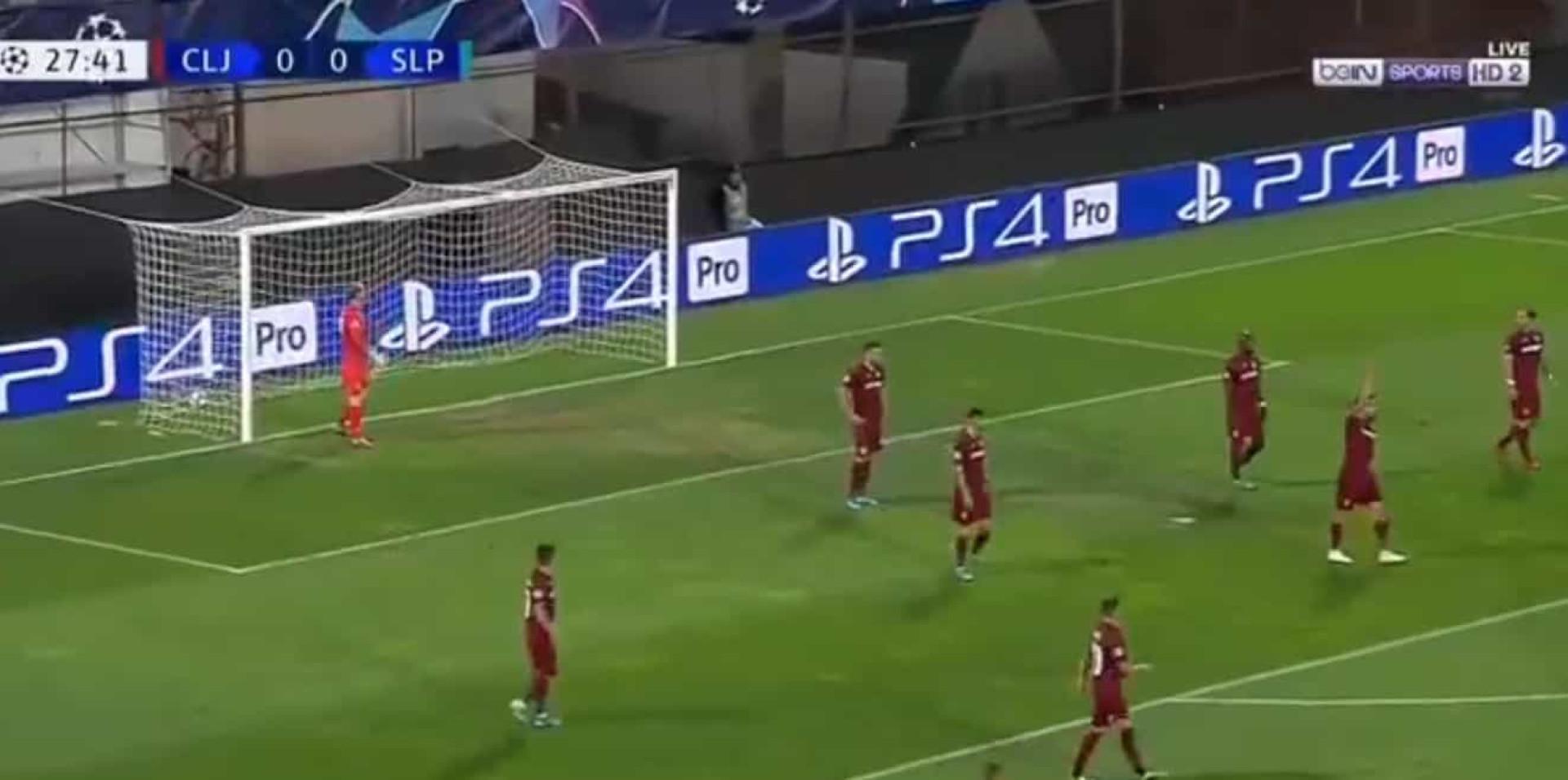 Médio do Slavia Praga assina golo mirabolante na Liga dos Campeões