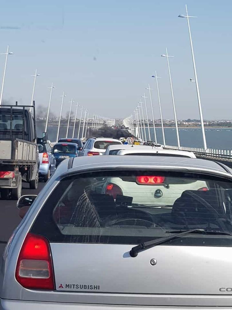 Carro em chamas congestiona trânsito na Ponte Vasco da Gama