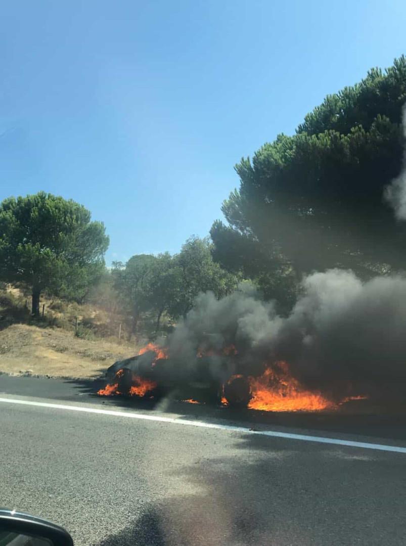 Carro incendeia-se na A1 junto ao Carregado. Trânsito está lento