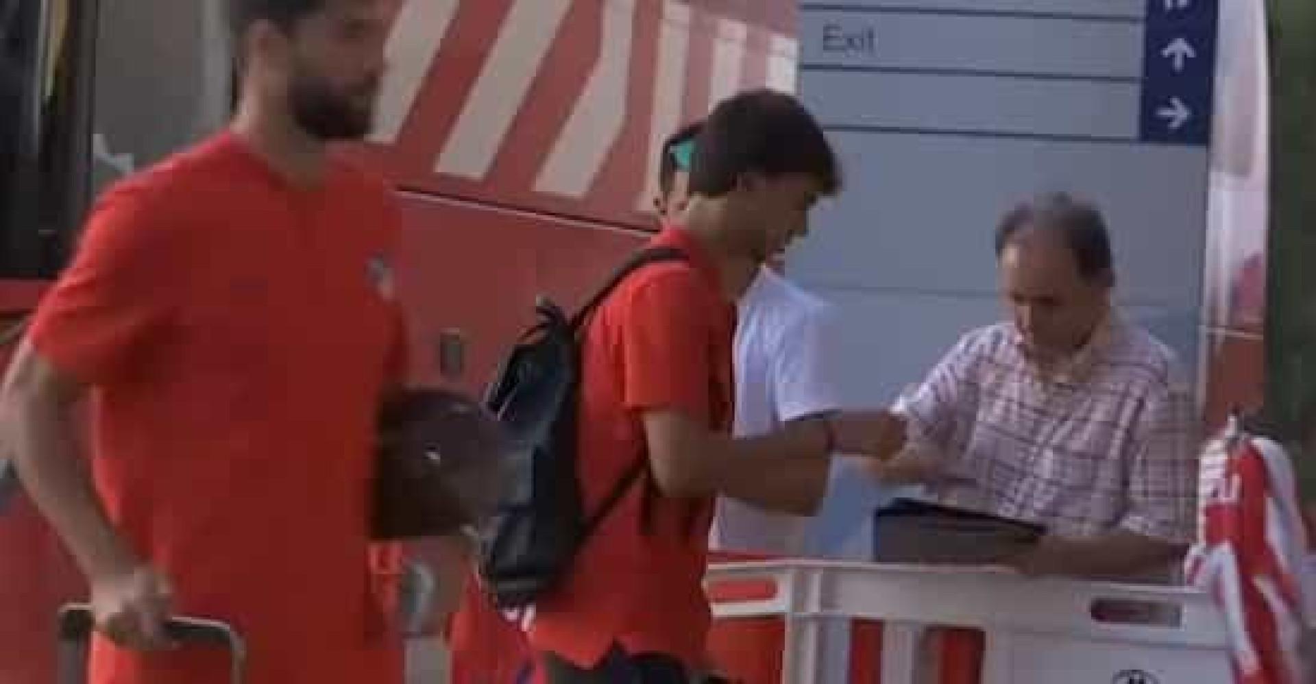 Atitude de 'craque': Félix sai do autocarro e pára para saudar adeptos