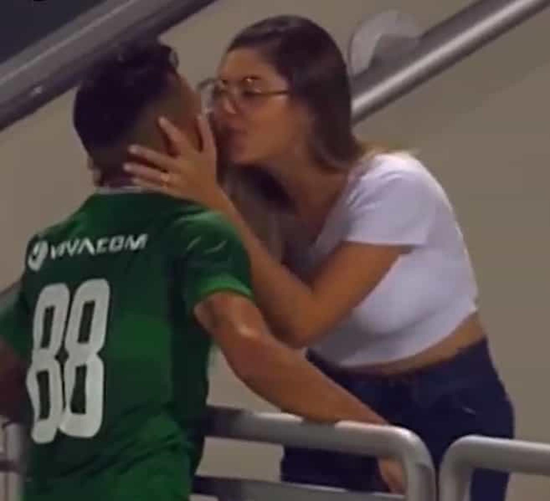 Wanderson marcou, foi beijar a mulher e o momento seguinte foi hilariante