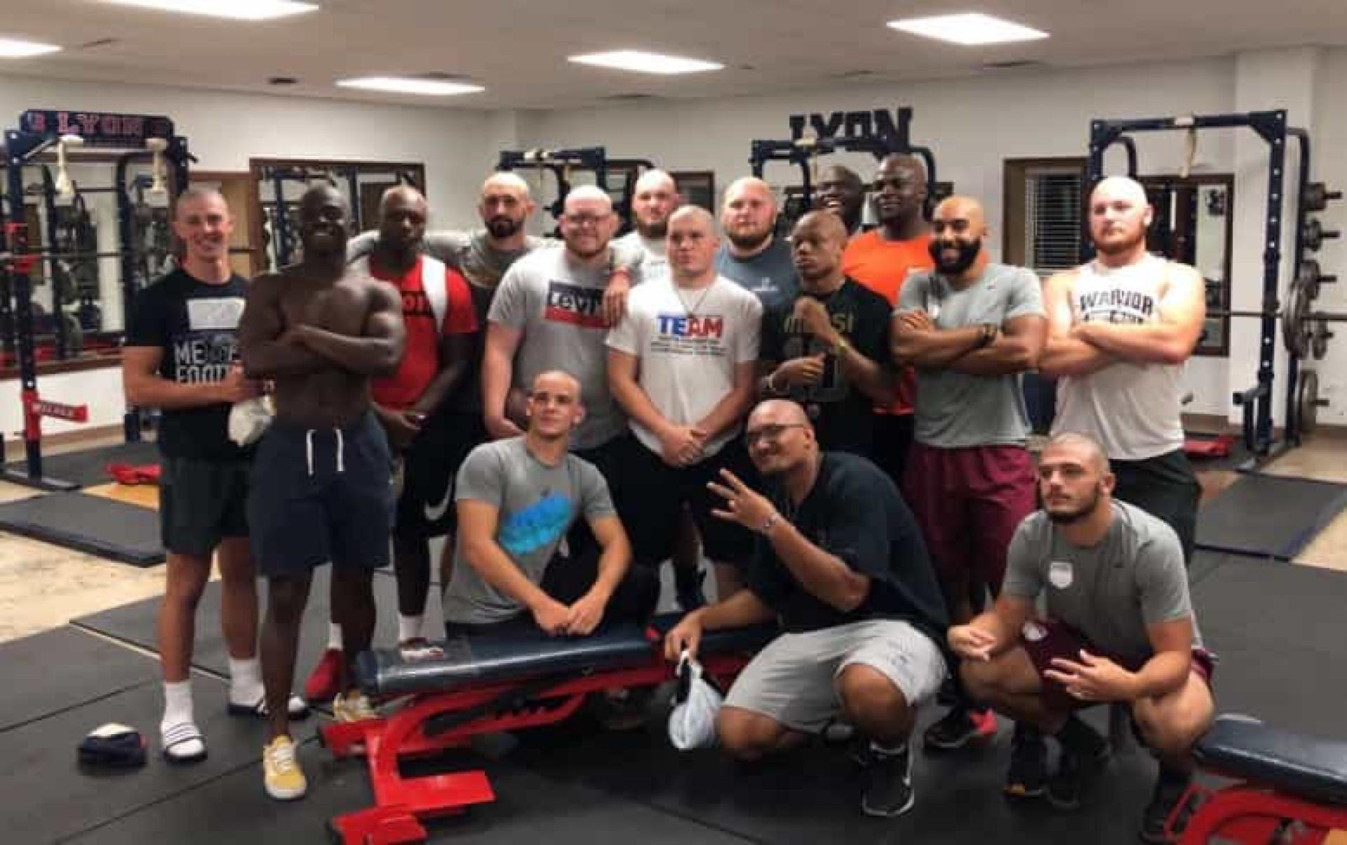 Solidários com técnico com cancro, jogadores de futebol rapam o cabelo