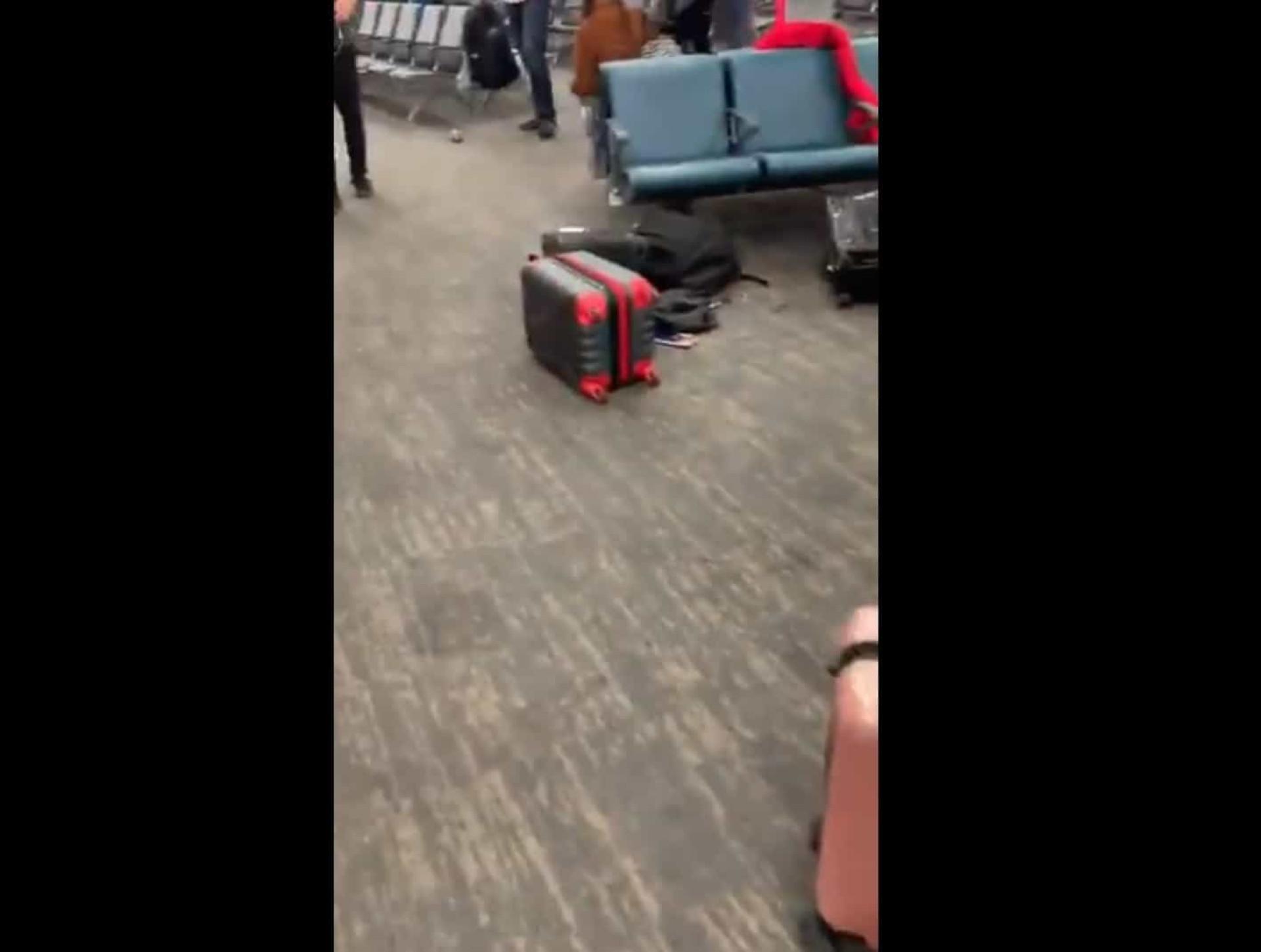 """Gritou """"evacuar"""" por desconfiar de dois homens. Aeroporto ficou assim"""
