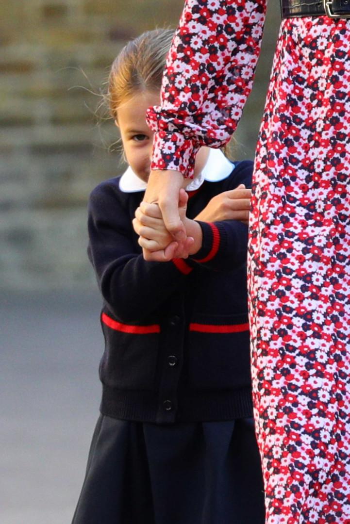 Vídeo: A chegada da princesa Charlotte no primeiro dia de escola