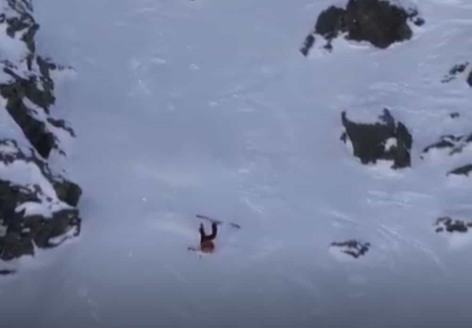Milagre? Esquiadora norte-americana escapa ilesa a queda arrepiante