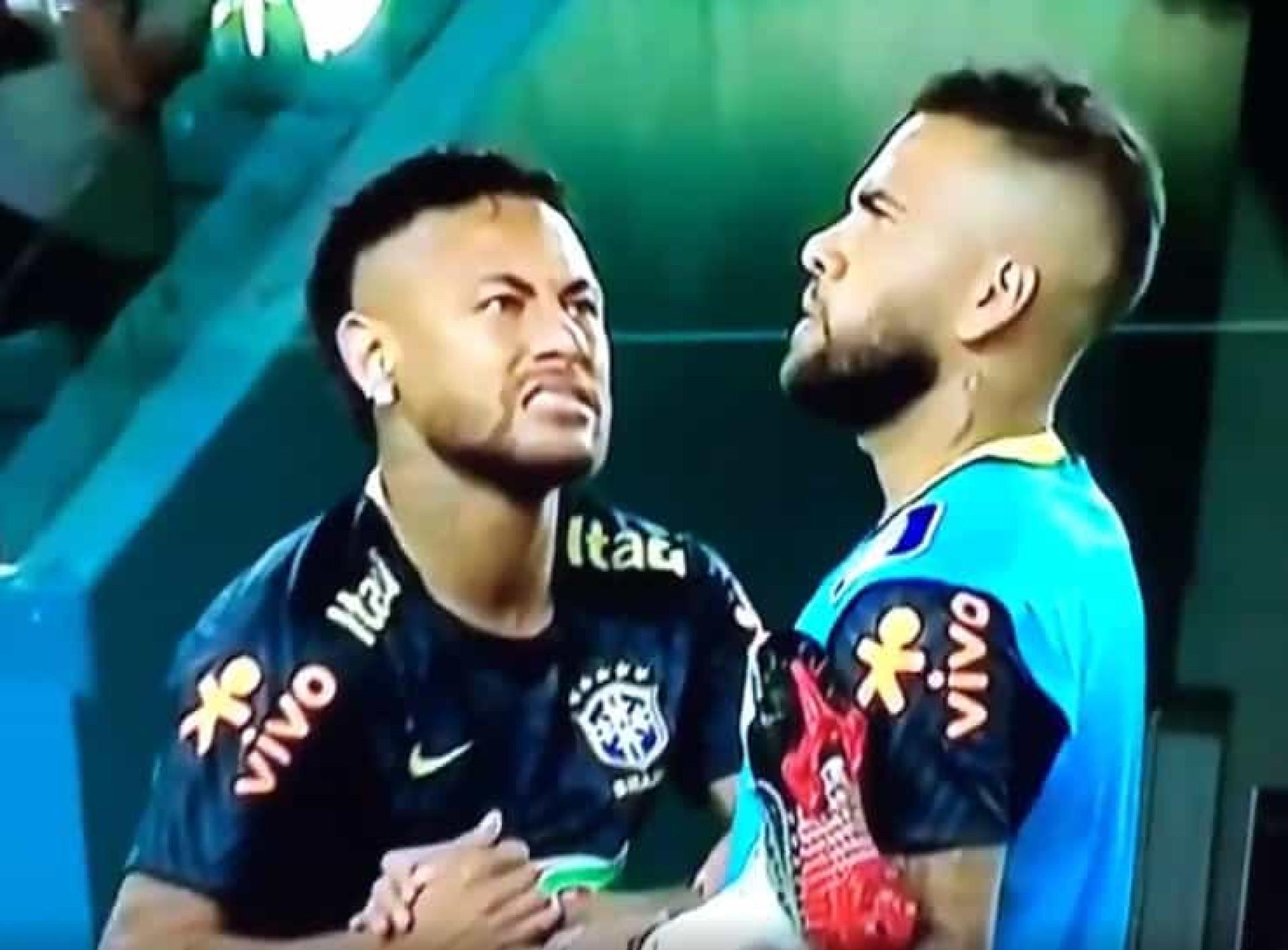Neymar 'salvou' Dani Alves de uma abelha num momento de chorar a rir