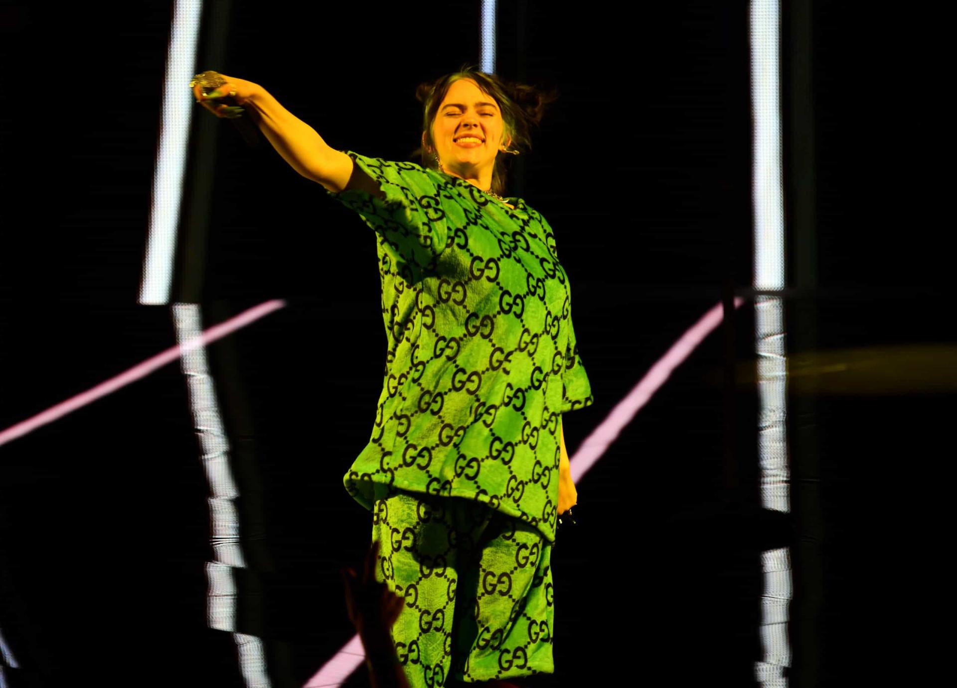 Billie Eilish sai do palco em lágrimas após magoar-se durante concerto
