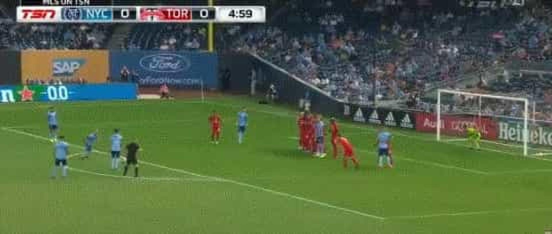 Da MLS chega-nos um estupendo golo de livre direto